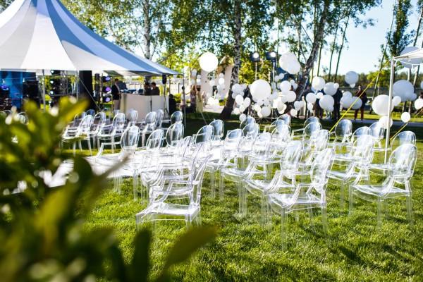 evenement, event, white, wit, op locatie, bruiloft, buiten, outdoor, tent, zomer, droog, lichtjes, sfeer, sfeervol, tafels, stoelen, gras, tuinfeest, tuin, ontzorgen, wedding, memorable, gebeurtenis, bruidspaar, dag, ervaren, vergeten, ceremonie, diner, f